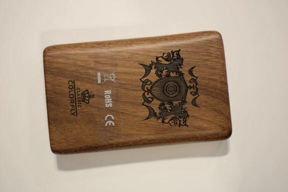 La coque du Colorfly HiFi C4 Pro est gravée est en bois massif