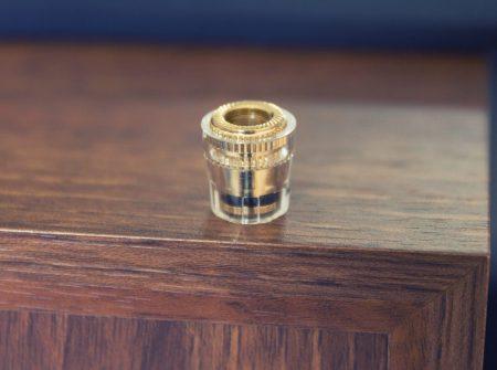 Les borniers à vis plaqués or peuvent être complètement dévissés