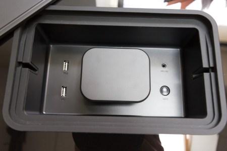 Aux côté des ports USB présents pour la recharge des périphériques mobiles, un bouton de connexion WiFi WPS et une entrée analogique stéréo
