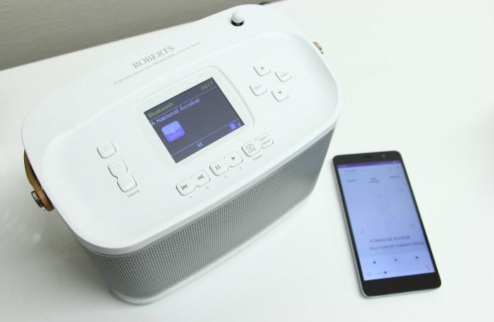 La source et le titre du morceau s?affichent sur l'écran de la Roberts R100 ainsi que sur l'application Undok.