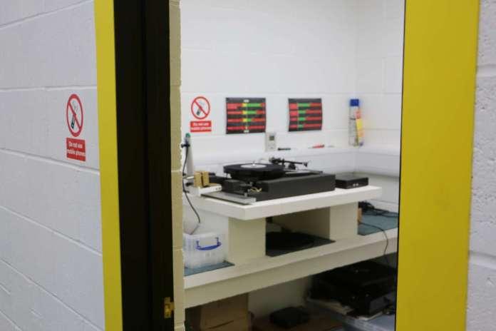 La salle de contrôle des platines vinyle est une pièce totalement isolée du reste du bâtiment.