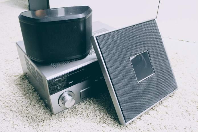 Les enceintes Yamaha WX-030 et Yamaha Restio ISX-80, compatibles MusicCast et l'ampli Yamaha RX-A870.