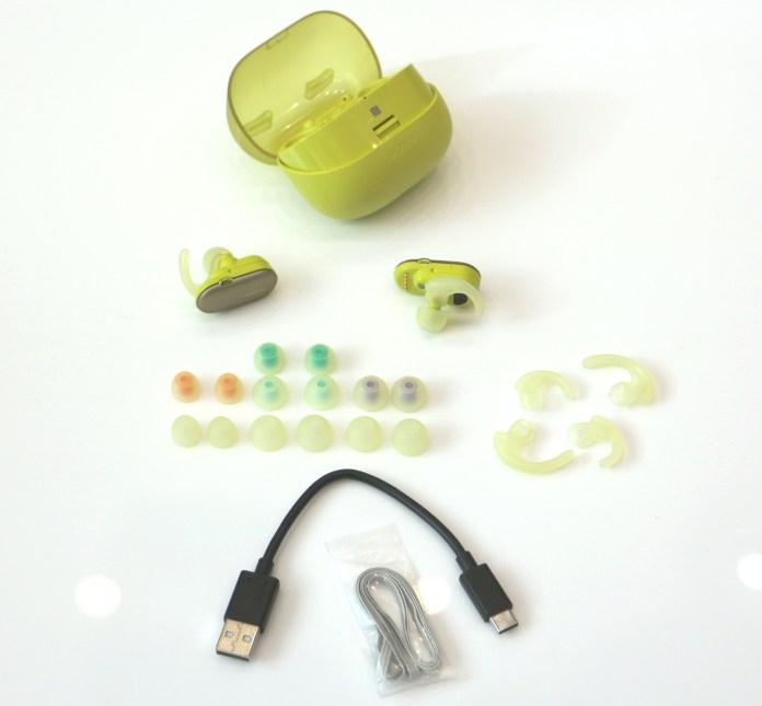 Les écouteurs Bluetooth Sony WF-SP900 sont fournis avec pléthore d'accessoires.