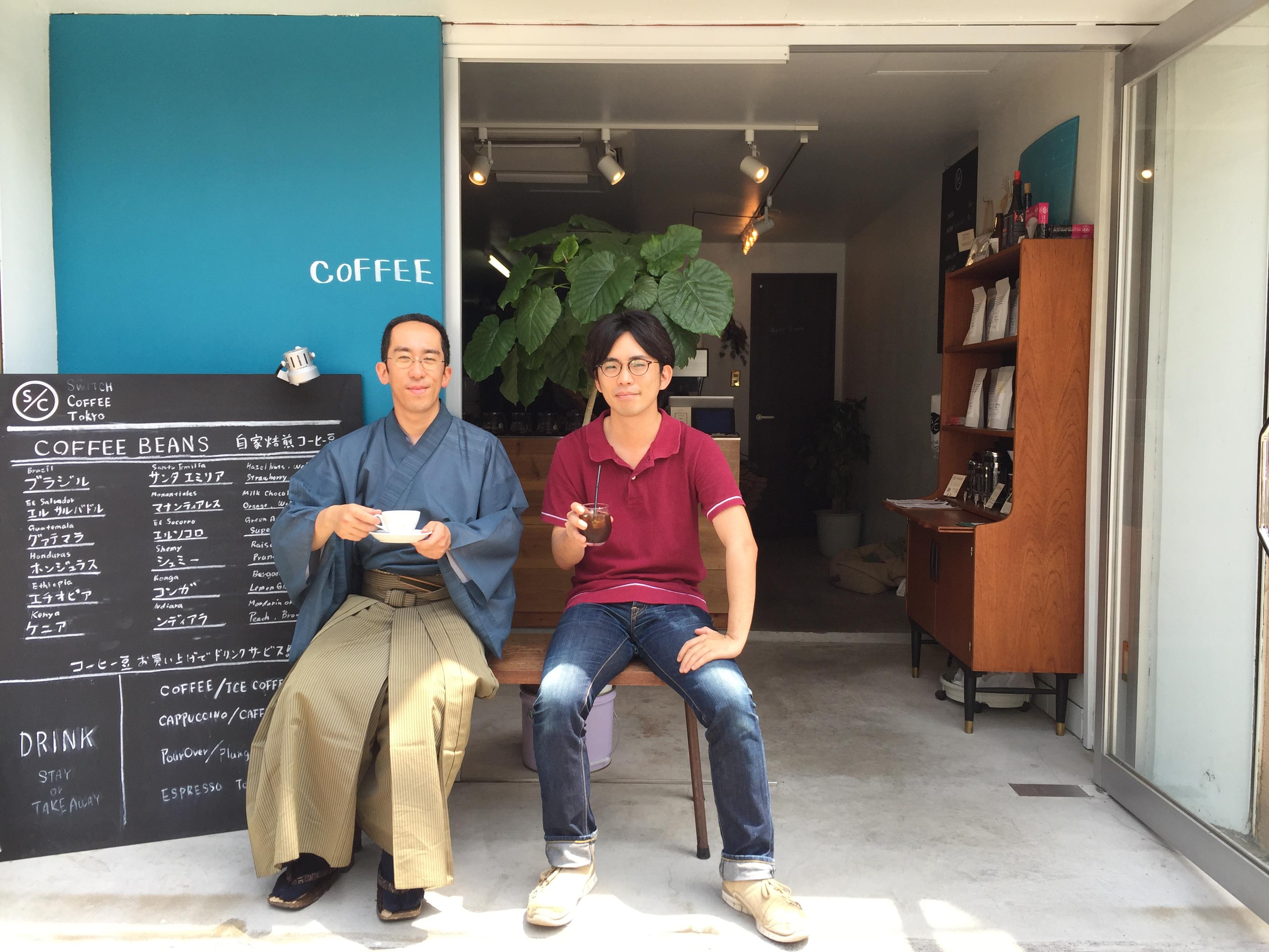 佐久間師と筆者。当社近所のコーヒースタンドにて