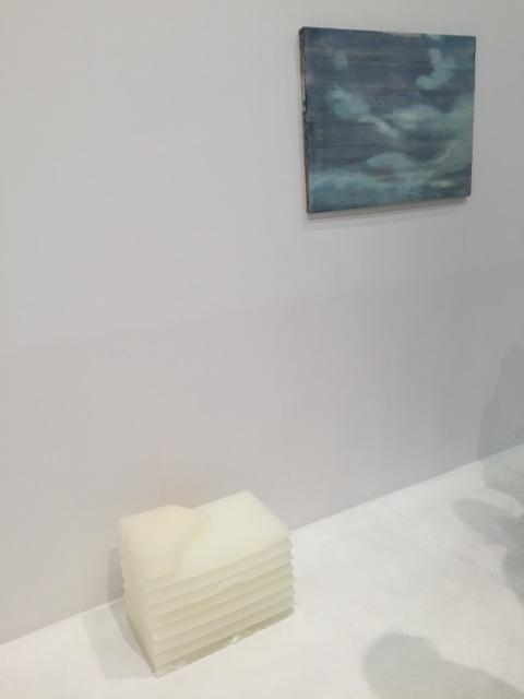 Der Parafinblock in dieser Arbeit The Fog von Paolo Chiasera überträgt die Auflage nach jeder Ausstellung des Werkes einen zusätzliche Wachsschicht auf das Werk aufzutragen. Fügt sich wunderbar in das starke Galerieprogramm von PSM. Preis 7' EUR