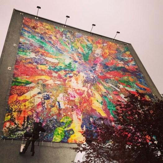 Christian Awe's 162 Quadratmeter messendes Wandbild Adanzé bei seiner Enthüllung in der Hauptstraße 117 in Berlin-Schöneberg