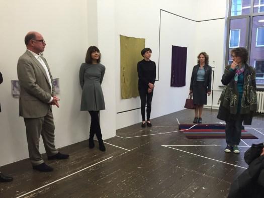 Galeristin Melike Bilir bei Ihrer Einführung der vor Ihrem Werk stehenden ukrainischen Textilkünstlerin Nino Kvrivishvili.