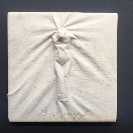 Zwar nicht von internationaler Beachtung begleitet, aber dennoch über die ehemalige Hausgalerie Horst Janssens St. Gertrude ein gut betreuter Nachlass, der positive Kontinuität im Markt verspricht. Folgerichtigerweise war diese reizvolle kleinformatige Arbeit (12,5 x 12,5 cm) Jürgen Brodwolfs aus 1978 für 1250 EUR dann auch bereits rasch verkauft.