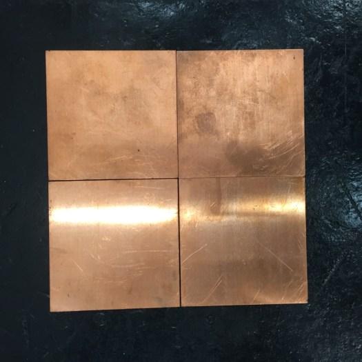 Carl Andre Travel Size. Für diese vier bierdeckelgroßen Kupferplatten des Minimal-Art-Mega-Stars gibt es beim Preis von 54 TEUR großes Interesse