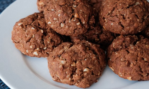 peanut-butter-chocolate-collagen-oatmeal-cookies-flourless-no-butter-with-an-mct-oil-drizzle