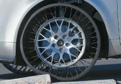 2005: A Michelin apresenta o Tweel, que suporta o carro por meio de raios deformáveis. Ele é mais leve e durável e não precisa de calibragem.
