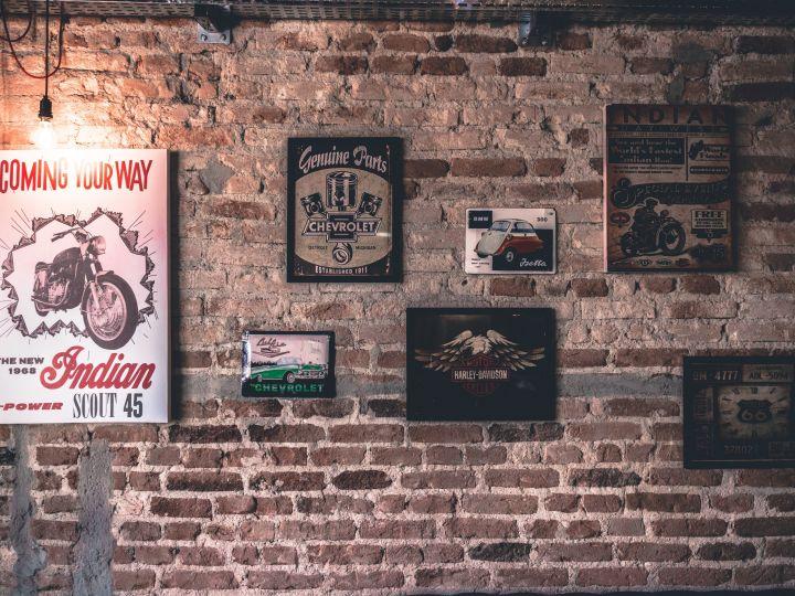 parede de tijolinhos com quadros