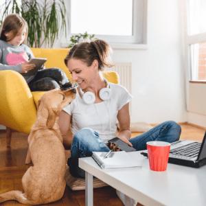 Pet e família trabalhando em casa