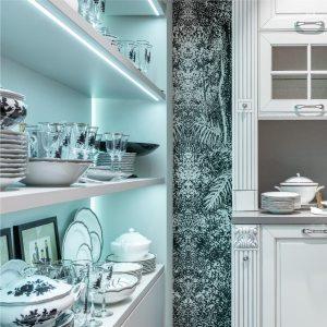 armário de cozinha com fita de led