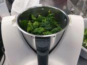 Mit etwas Wasser und wenig Säure (z. B. ein Spritzer heller Essig) fein mixen