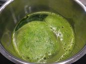 Die grüne Flüssigkeit auffangen und langsam erhitzen - die grünen Bestandteile trennen sich vom Wasser