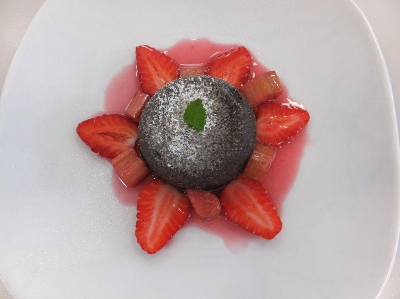 Schokoladenauflauf mit Erdbeeren und Rhabarber