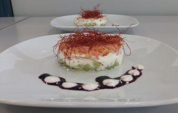 Räucherlachs-Gurken-Tartar mit Wasabicreme