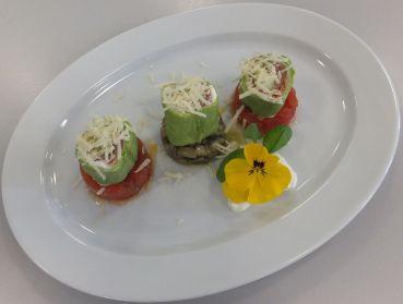 Lauch-Lachs-Palatschinken mit Gemüsetartar