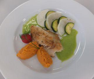 Forellenfielt mit Kräutersauce, Zucchini, Mairübchen und Süßkartoffelpüree