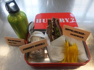 Doppeldecker-Sandwich Joghurtmüsli Waldfrucht Ice-Tea
