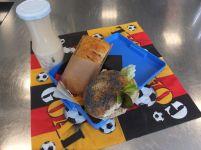Pause für Weltmeister Bagel mit Frischkäse Apfeltasche Frucht-Joghurt-Drink