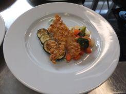 Zucchini-Antipasti, Gurkenraita, süß-säuerlich-scharf marinieter Brokkoli, zerbröselte Tortillas mit Appenzellerknusprig gebacken