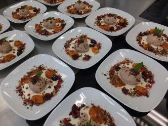 Puffreis-Osterhasen-Eis mit Mandeljoghurt, Früchten und Wiesn-Herz-Crumble