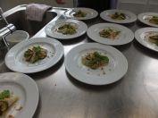 Kohlrabi mit Linsencreme, Zucchini und Erdnuss-Mango-Vinaigrette