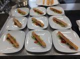 Spargel mit Paprikafrischkäse und Erdnusscreme im Filoteig gebacken mit Gurke und Tomaten