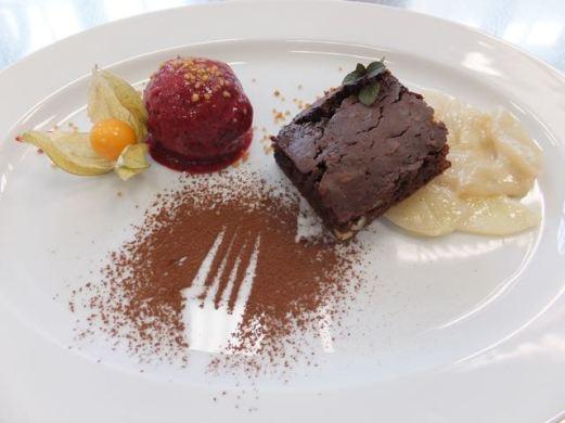 Brownie mit Birnenragout und Beerensorbet