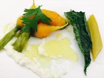 Grelot (Glocken)-Karotten mit Kardamom geschmort, gestockte Schafsmilch mit Ingwer und pochierter Rhabarber