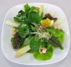Salat mit Spargel und wachsweichem Ei