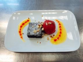 Brownie mit Himbeersorbet und Fruchtmark