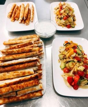 Börek mit Fleischfüllung und Gemüsesalat