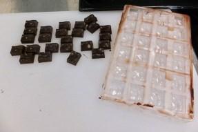 die durchgekühlten Pralinen aus der Schokoladenform lösen