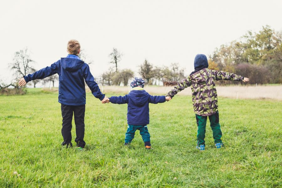 3 kids holding hands