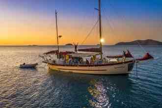 whitsunday sailing hop off