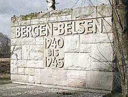 Mauerstück mit dem Schriftzug 'Bergen-Belsen 1940 bis 1945'