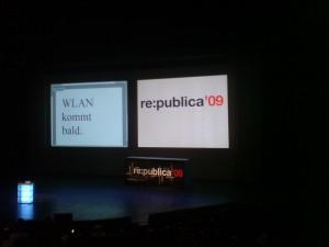 Zwei Beameranzeigen nebeneinander: 'WLAN kommt gleich.' und 're:publica'09'.