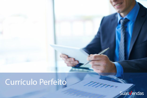 empresario-olhando-para-um-tablet_1098-279