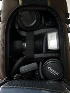 Le compartiment photo peut accueillir pas moins d'un reflex, 3 objectifs et un flash