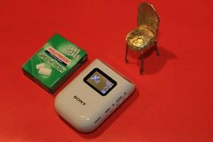Le traceur à côté d'un paquet de chewing-gums