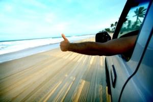 Man steekt duim op vanuit de auto