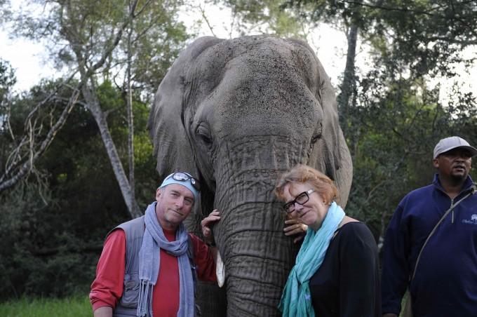 Marjolein en Peter bij olifant Zuid-Afrika