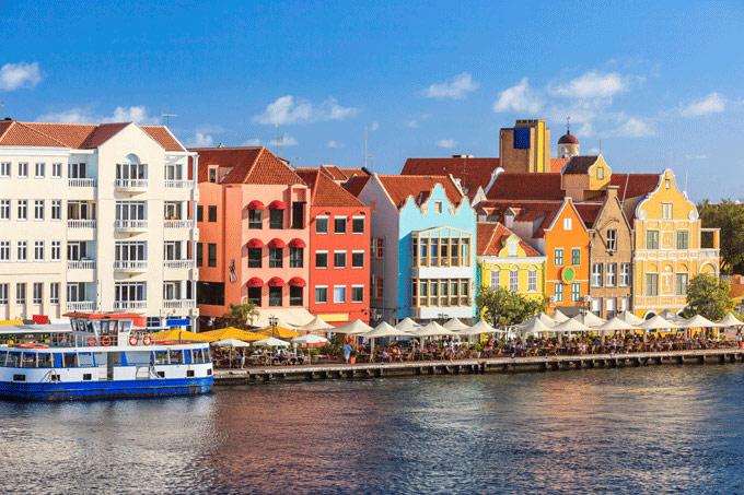 Willemstad Curaçao gekleurde huizen meer