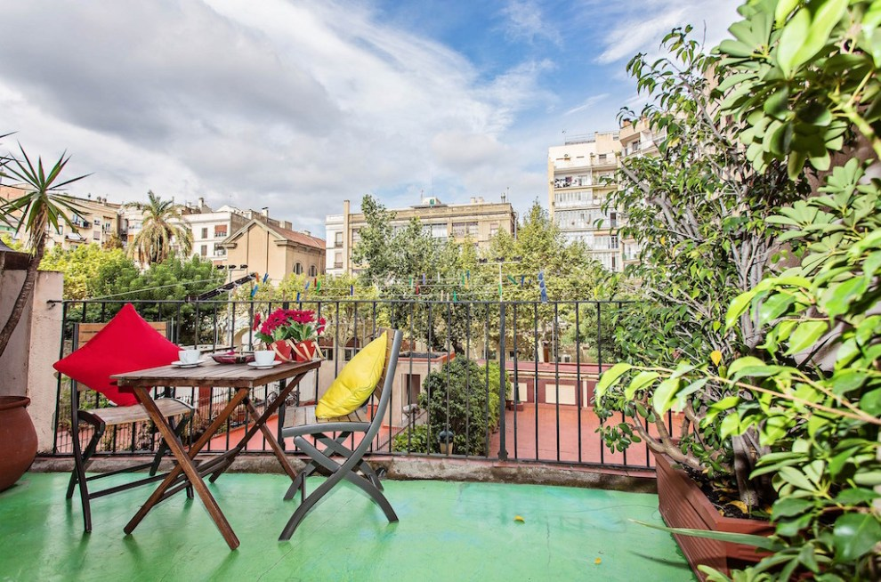 terrasse fleurie de l'un de nos appartements design à Barcelone royal rambla-by-sweetinn
