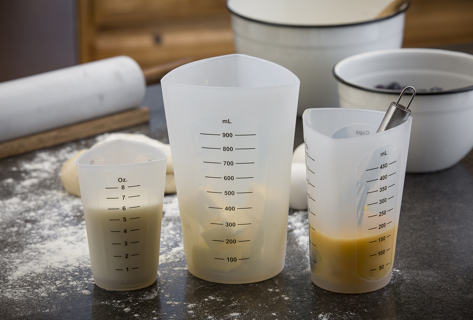 Flexible measuring cups for baking