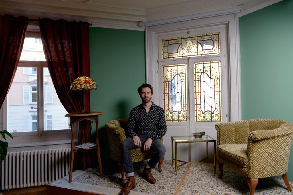 Bei Björn von Rotz geht man nicht zum Coiffeur, man geht zu Besuch. Sein Haarsalon ist mit exquisiten Möbeln ausgestattet. (Foto: Doris Fanconi)