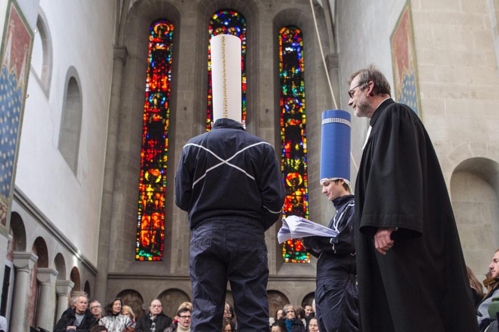 Grossmünster-Pfarrer Christoph Sigrist hielt eine Dada-Messe ab. Dabei zitierte er in seiner Predigt unvermittelt auch aus Hugo Balls Krippenspiel. Die Performance begeisterte das Publikum in der Kirche. (Foto: Reto Oeschger)